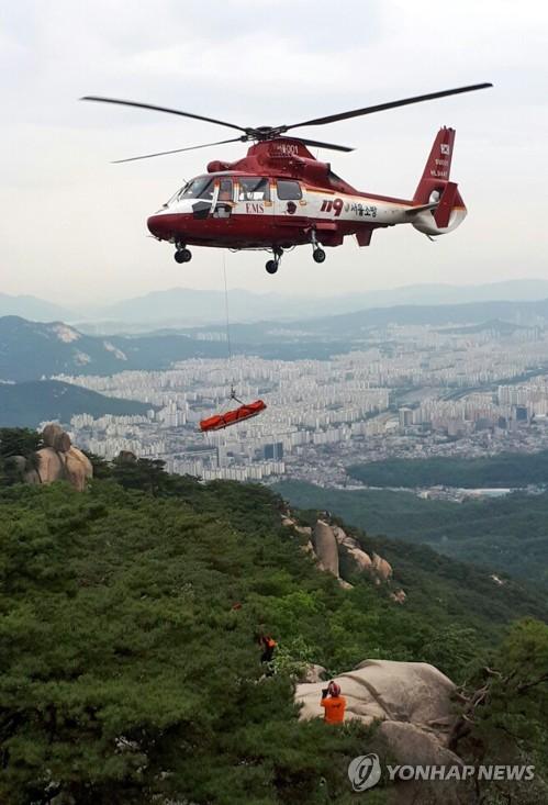 산악사고 인명 구조하는 헬기 [연합뉴스 자료사진]