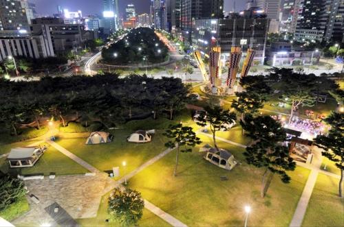 여름밤 문화캠프장으로 변한 광주시청 앞 광장[광주시제공=연합뉴스]