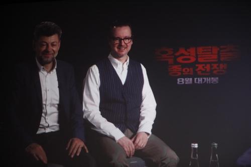 영화 '혹성탈출:종의 전쟁'의 배우 앤디 서키스(좌)와 감독 맷 리브스