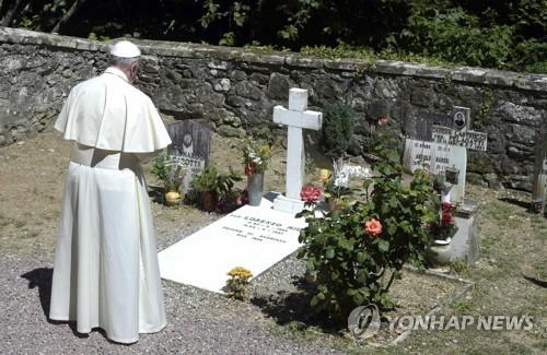 밀라니 신부의 묘소를 찾은 프란치스코 교황 [EPA=연합뉴스]