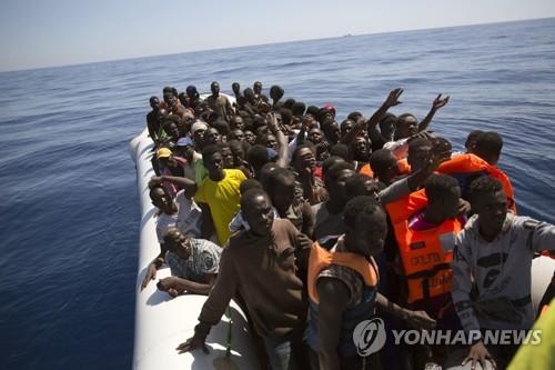 지중해에서 구조를 기다리는 난민선 [AP=연합뉴스]