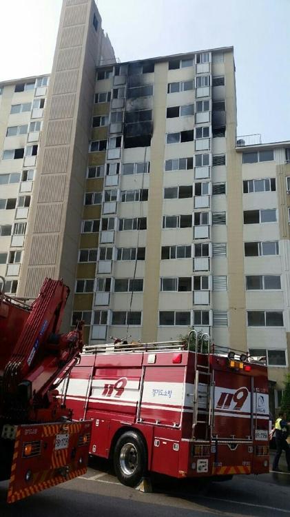 의정부 금오동 아파트에서 불이나 소방 당국이 진화중이 [독자제공=연합뉴스]