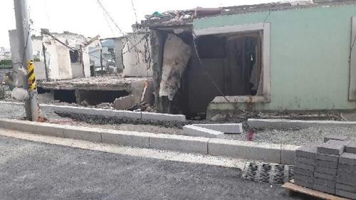 사라진 대문, 부서진 안방…아파트 건설사가 주택 무단 훼손