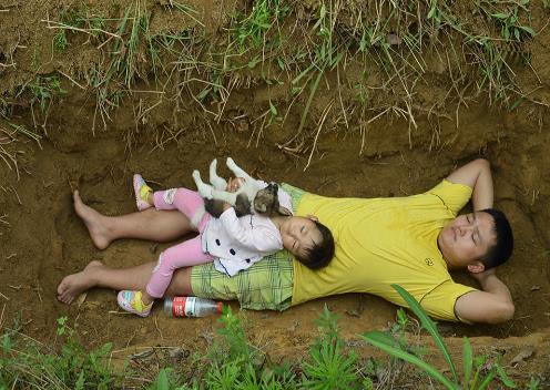 중국인 부모가 두살배기 딸 묻힐 무덤서 놀아주는 사연