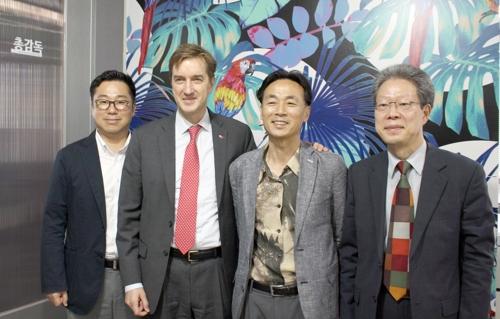 토마스 리만(왼쪽에서 두번째) 주한 덴마크 대사. [광주디자인센터 제공=연합뉴스]