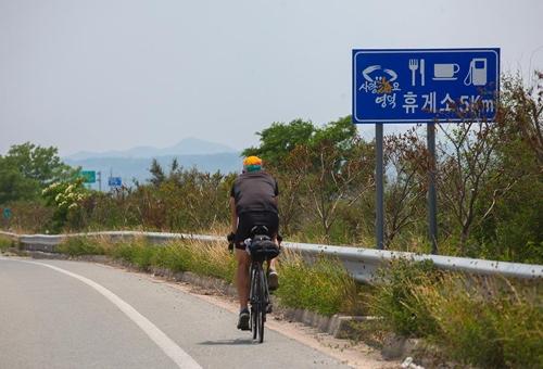 영덕휴게소를 앞두고 한 라이더가 7번 국도를 달리고 있다(성연재 기자)