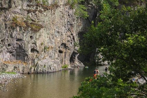 기암괴석 어우러진 옥계계곡에서 물놀이를 즐기는 시민들(성연재 기자)