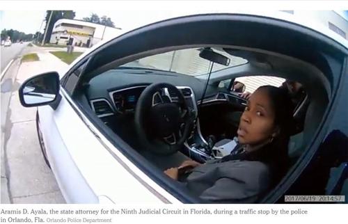 경찰이 멈춰세운 흑인 여성 검사