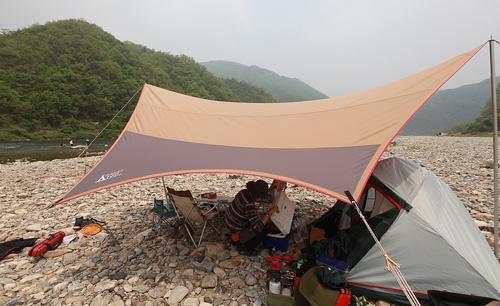 홍천 개야리에서 낚시 캠핑을 즐기는 동호인(성연재 기자)
