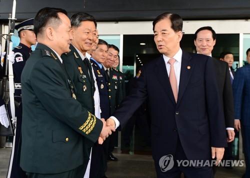 국방부 청사 떠나며 군 수뇌부와 인사하는 한민구 장관