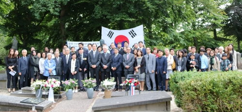 이준 열사 순국 110주년 기념식 참석자들 [헤이그=연합뉴스]