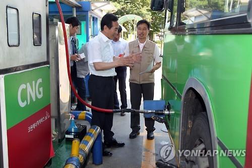 CNG 충전소 현장 점검하는 국토부 관계자 [연합뉴스 자료사진]