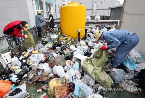수거되는 무단투기 쓰레기 3.5t[연합뉴스 자료 사진]