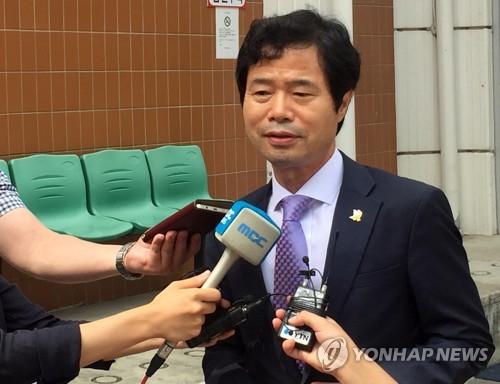 항소심 판결 직후 인터뷰하는 김승환 전북교육감 [연합뉴스 자료사진]