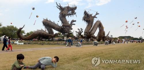 벽골제에 설치된 쌍룡 조형물 [연합뉴스 자료사진]