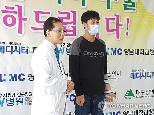 팔 이식수술 받은 손진욱(오른쪽)씨와 수술을 집도한 우상현 W병원장