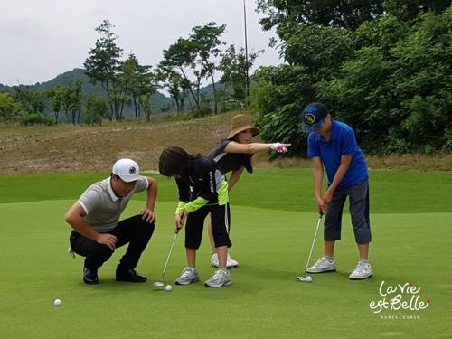 초등학생 자녀를 동반한 가족이 골프를 즐기는 모습.[라비에벨 듄스 제공]
