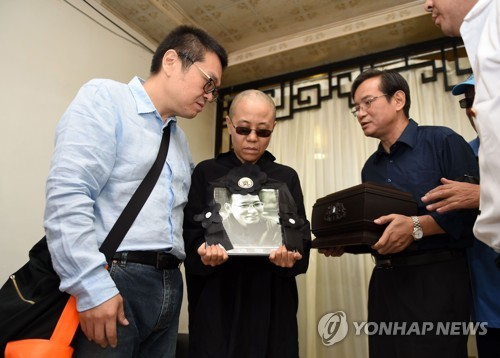 15일 장례식에서 남편 영정을 안은 류샤(왼쪽에서 2번째) [AFP=연합뉴스 자료사진]