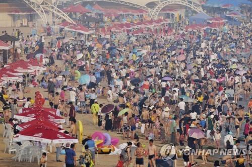 인파로 붐비는 칭다오 해수욕장[AP=연합뉴스]