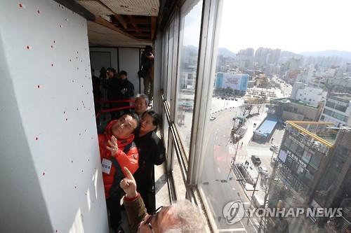 5·18 당시 헬기사격 추정 탄흔이 발견된 전일빌딩 10층 내부