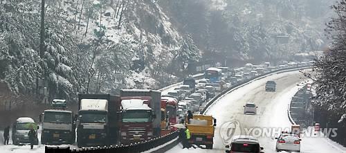 폭설로 차량정체 발생한 창원터널 입구 도로. [연합뉴스 자료사진]