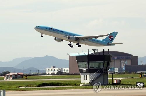 김해공항 활주로 이륙하는 항공기