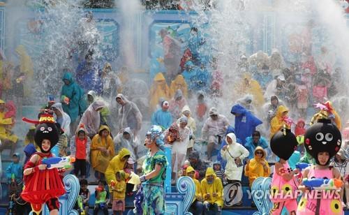 에버랜드에서 열리고 있는 여름축제[연합뉴스 자료사진]