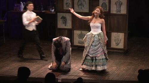 [리뷰] '웃다 보니 끝났네'…연극 '술과 눈물과 지킬앤하이드'