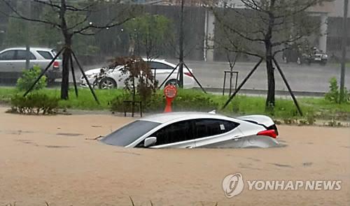 폭우에 침수된 자동차(연합뉴스 자료사진)