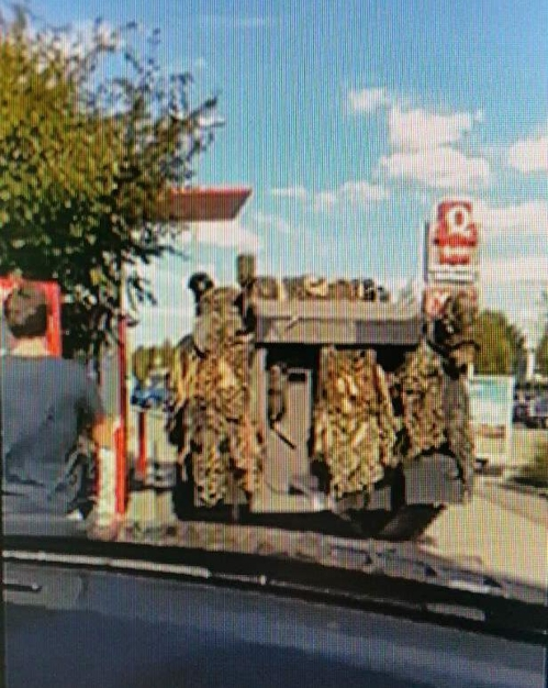 패스트푸드점에 나타난 軍탱크…'드라이브 스루'에서 음식 주문
