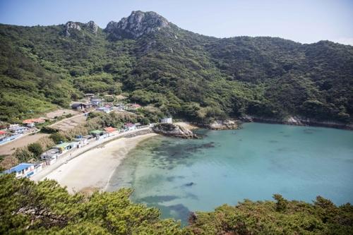 영산도 마을과 푸른 바다 [전남 신안군 제공=연합뉴스]