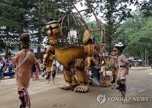 사진은 지난해 열린 거리 인형극 모습[연합뉴스 자료사진]