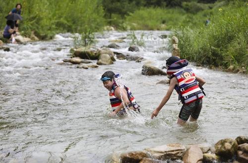 어린이들이 도깨비 마을 계곡에서 물놀이를 하고 있다.(성연재 기자)