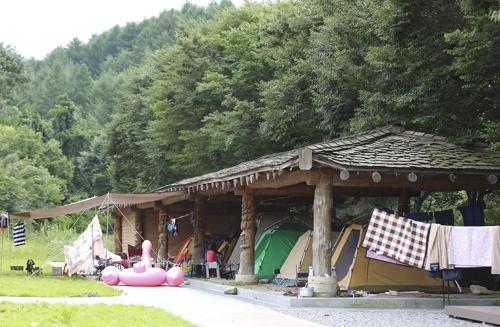 계곡 바로 위의 너와지붕이 있는 무료 야영장(성연재 기자)