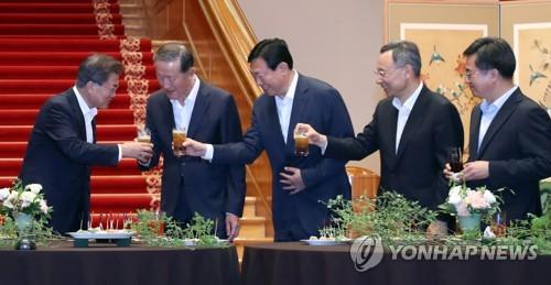 기업인들과 건배하는 문재인 대통령 [연합뉴스 자료사진]