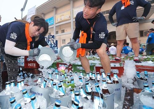 10일 전주경기장에서 열린 가맥축제에서 맥주에 얼음이 채워지고있다(임채두 기자)
