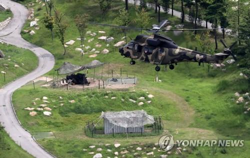 성주 상공 비행하는 미군 헬기