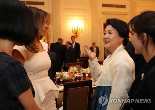 대화하는 김정숙 여사와 멜라니아