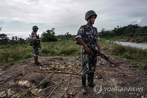 라카인주 로힝야족 마을 지키는 무장 경찰관들[AFP=연합뉴스 자료사진]