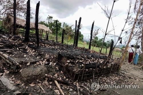 미얀마군 작전중 불에 탄 로힝야족 마을[AFP=연합뉴스 자료사진]