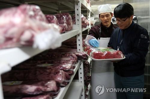 축산물 위생점검 모습[연합뉴스 자료사진]
