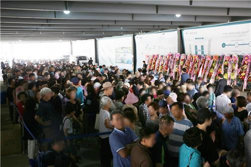 11일 '두산 알프하임' 견본주택 방문객들이 입장을 위해 줄을 선 모습.