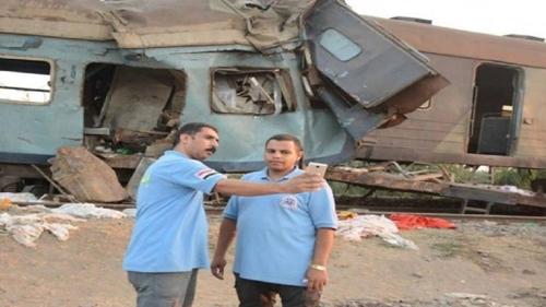 이집트 열차 참사 현장서 셀프 사진 찍는 이집트 구급대원 [알아라비야 화면 캡처]