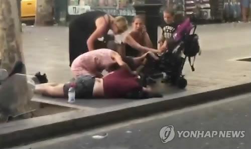 바르셀로나 테러 부상자 돌보는 시민들