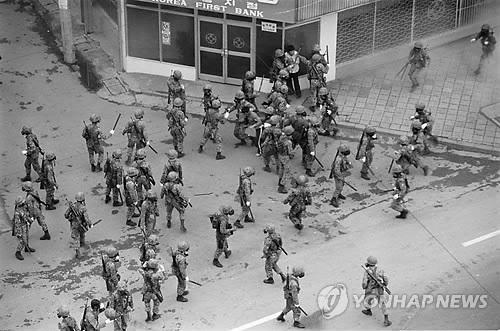 5·18 당시 피로 얼룩진 광주 금남로를 활보하는 계엄군