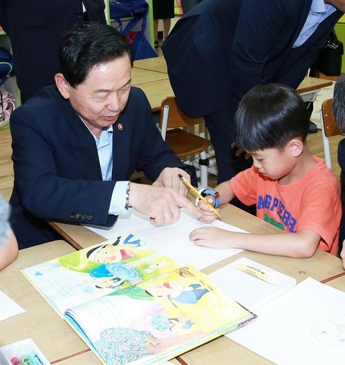 세종의 한 초등학교 돌봄교실 방문한 김상곤 사회부총리 [사진 = 교육부 제공]