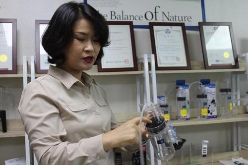 인공부화기 설명하는 김보경 대표