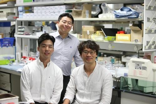 왼쪽부터 최재호 학생·김신호 교수·김희탁 교수