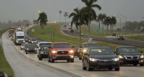 플로리다 마이애미-데이드에서 빠져나오는 대피 차량