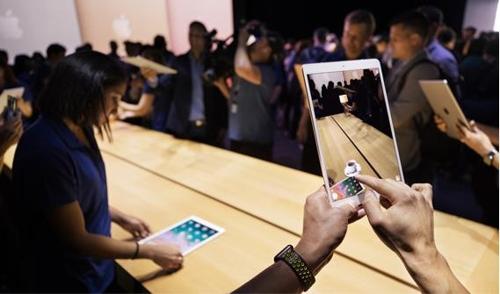 지난 6월 미국에서 열린 애플 개발자회의에서 AR키트를 체험해보는 참석자들